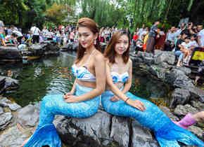 水枪大战、和美人鱼互动,这届五龙潭泼水节很刺激