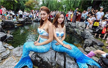 水枪大战、和美人鱼互动 五龙潭泼水节hin刺激