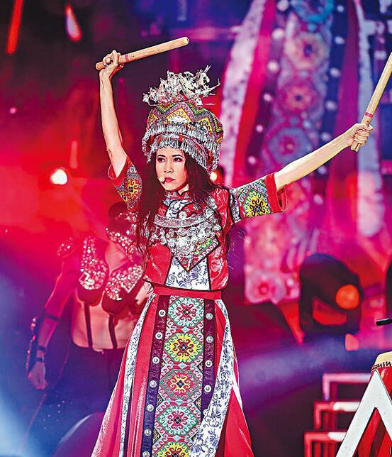 莫文蔚身穿土家族女孩华丽服饰载歌载舞。