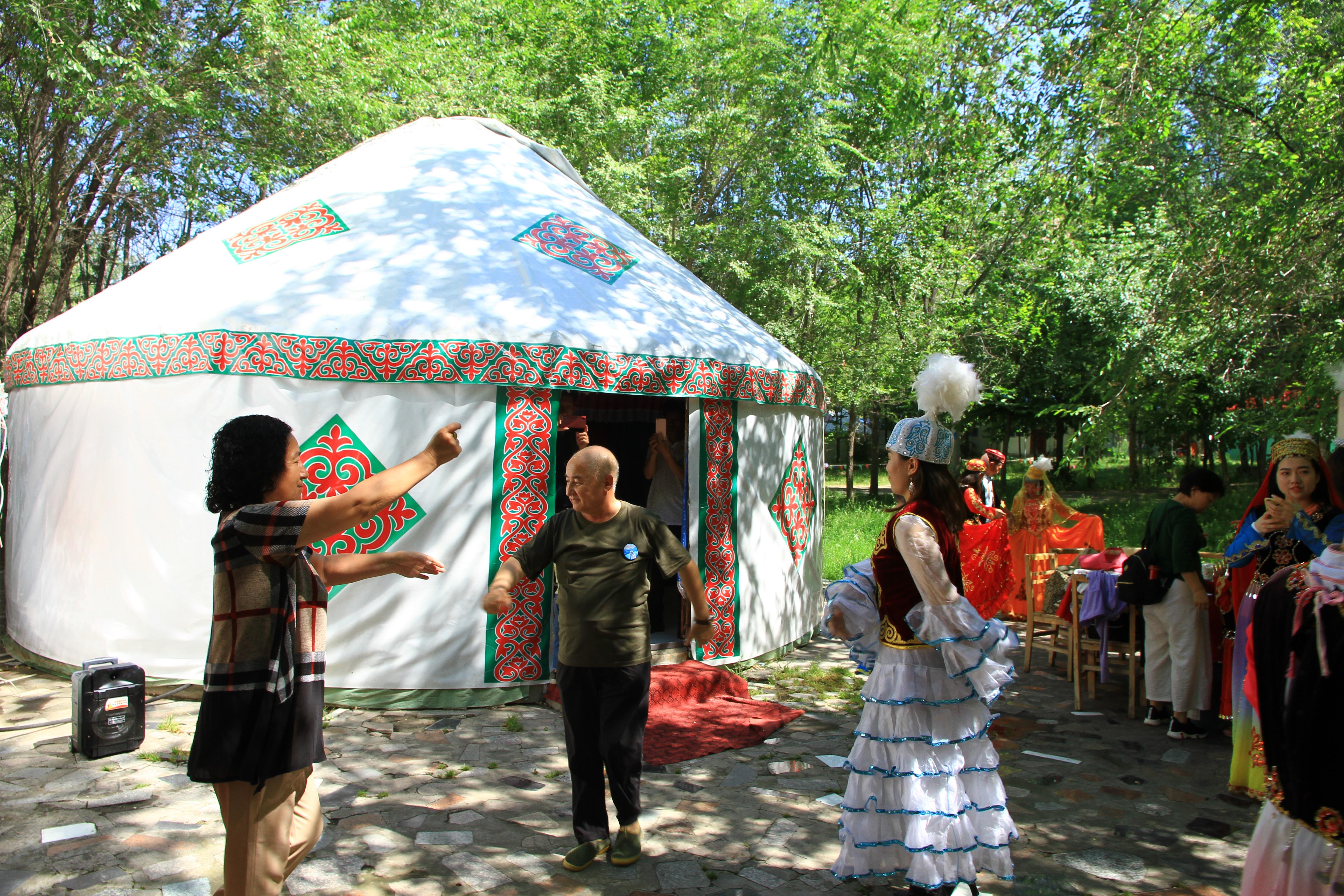 8、天山天池。团友中一对和田的维族夫妇随着欢快的音乐翩翩起舞