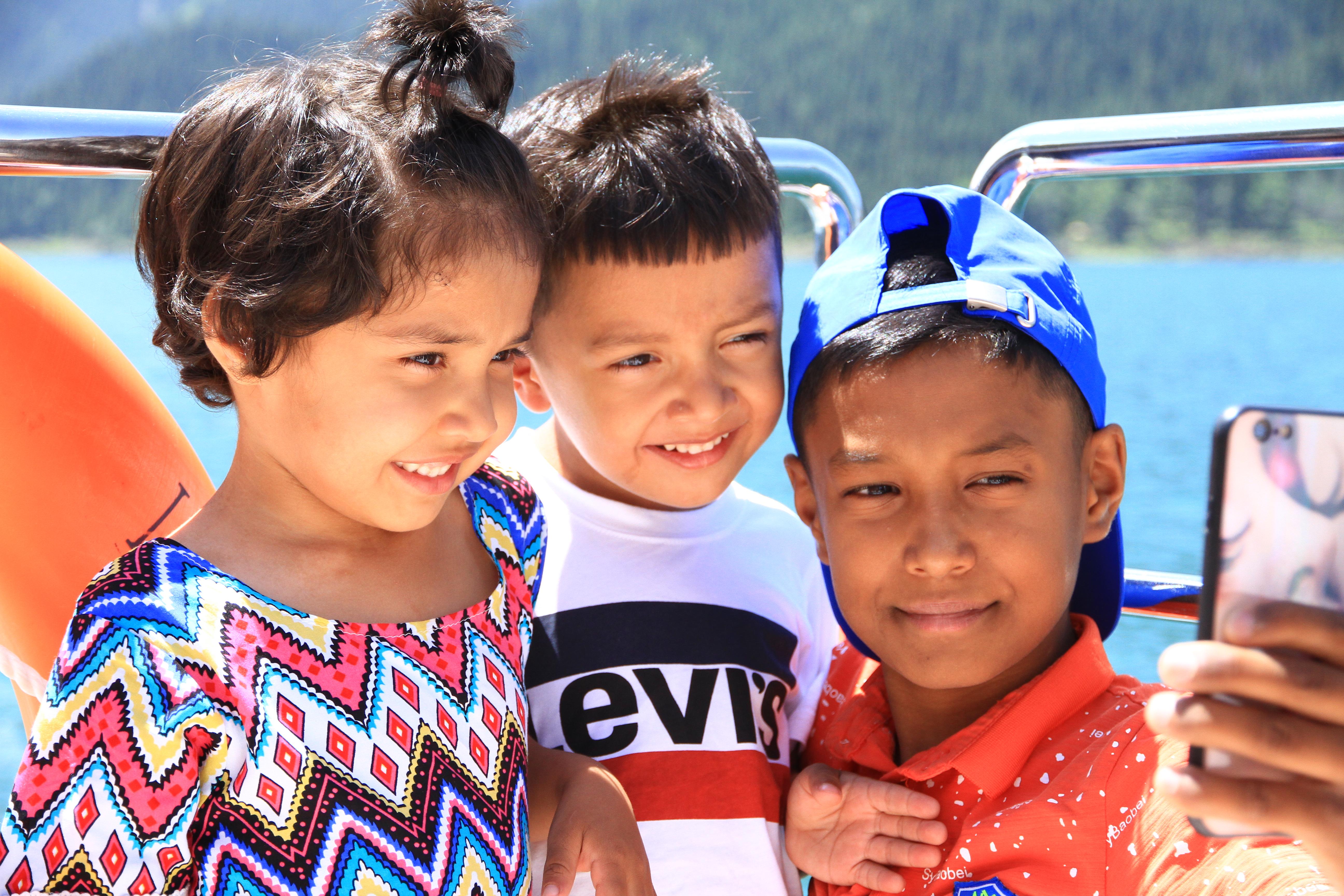 11、天山天池。来自喀什的维族小帅哥与弟妹在船上自拍