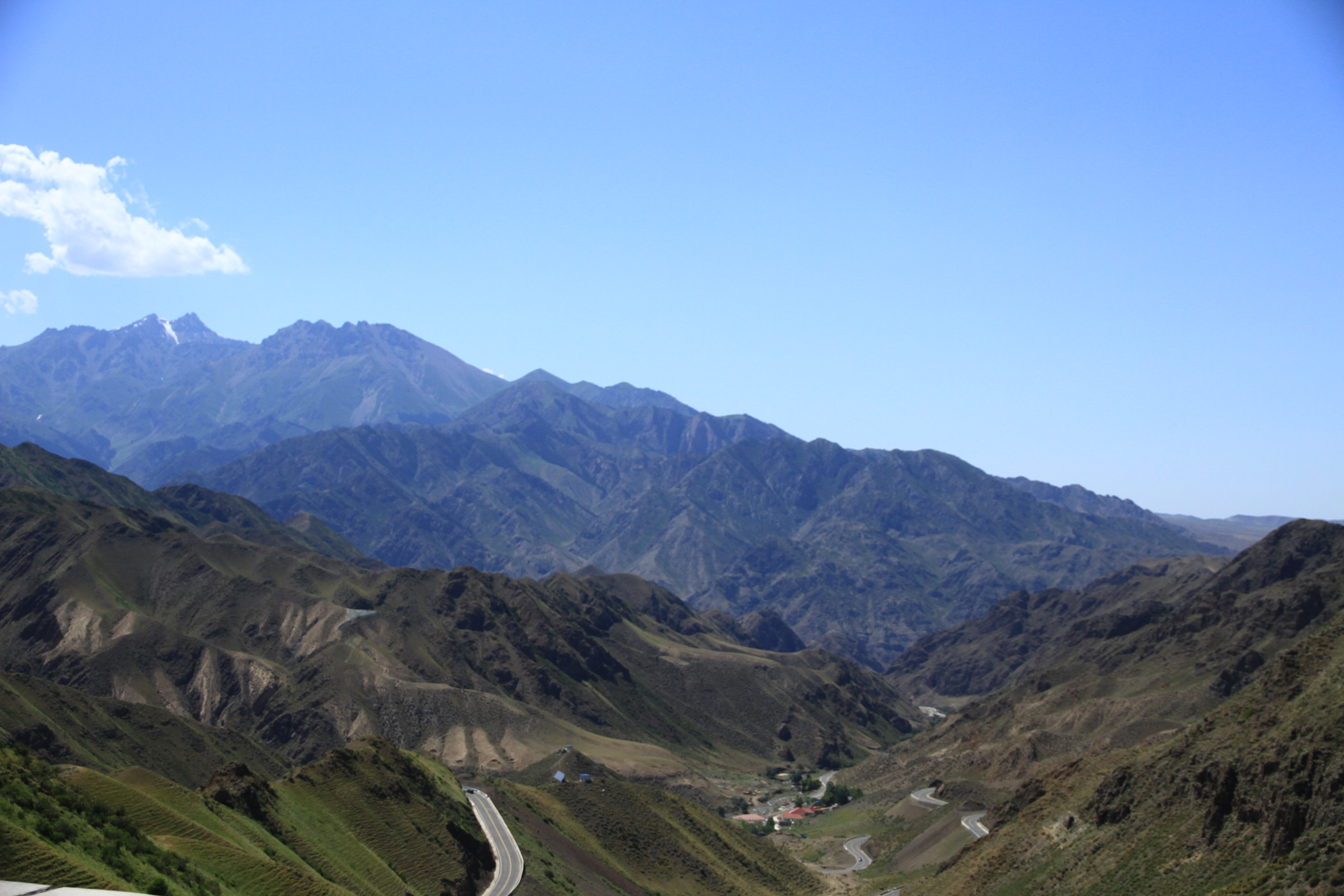 """12、独库公路。被《中国国家地理杂志》评选为""""纵贯天山脊梁的景观大道"""""""
