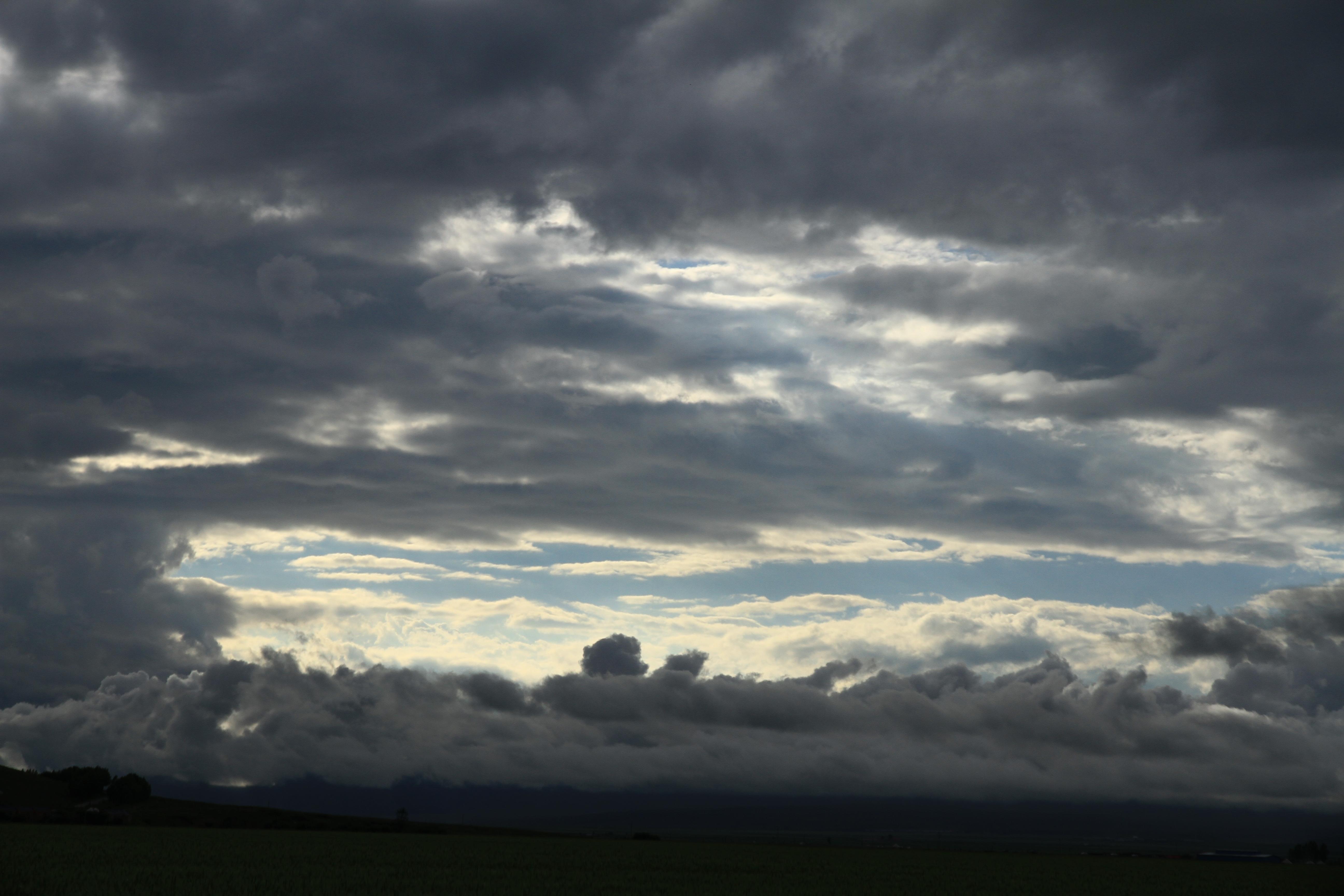 37、那拉提草原。云