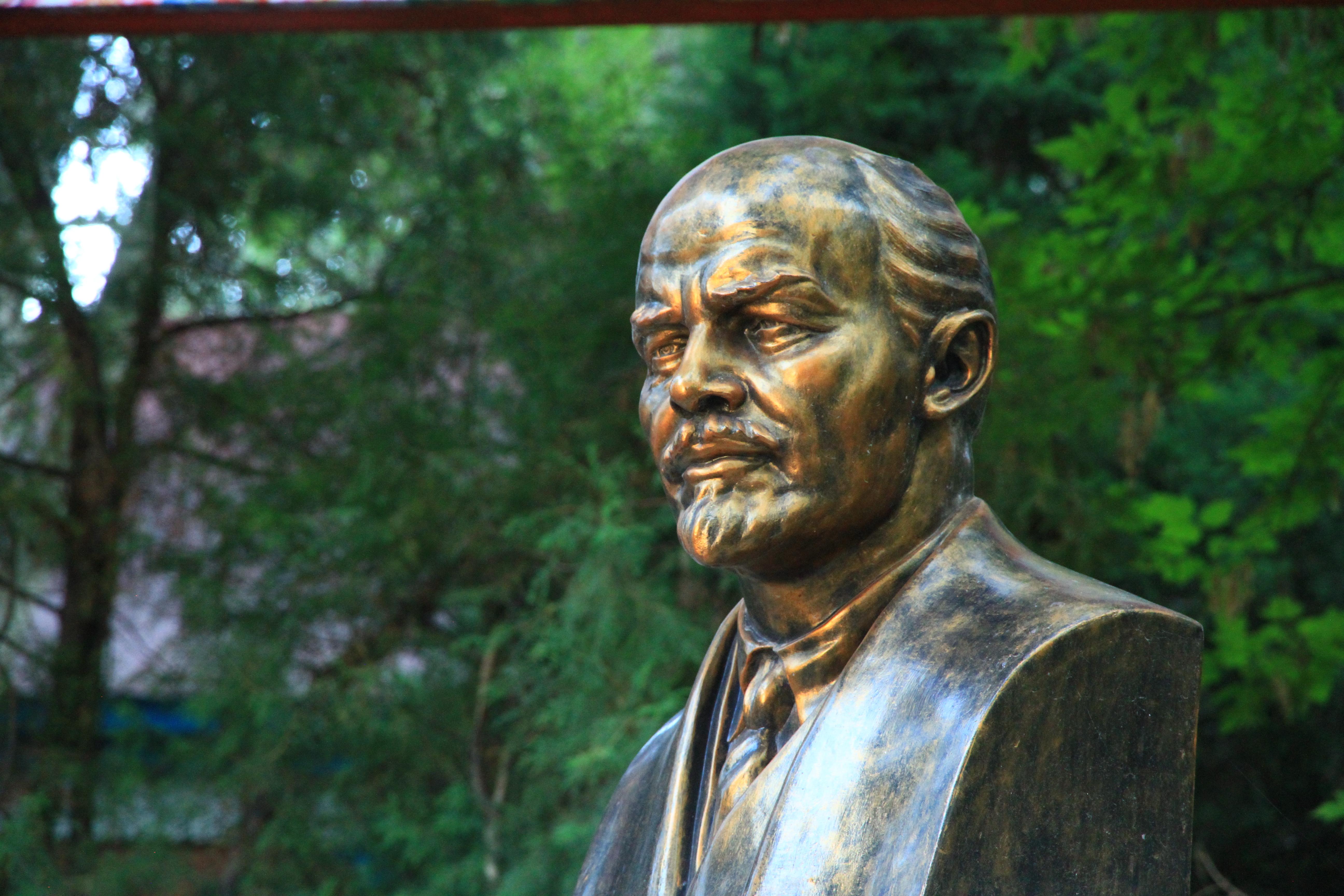 57、伊宁市区:伊利宾馆院中矗立的列宁半身铜像