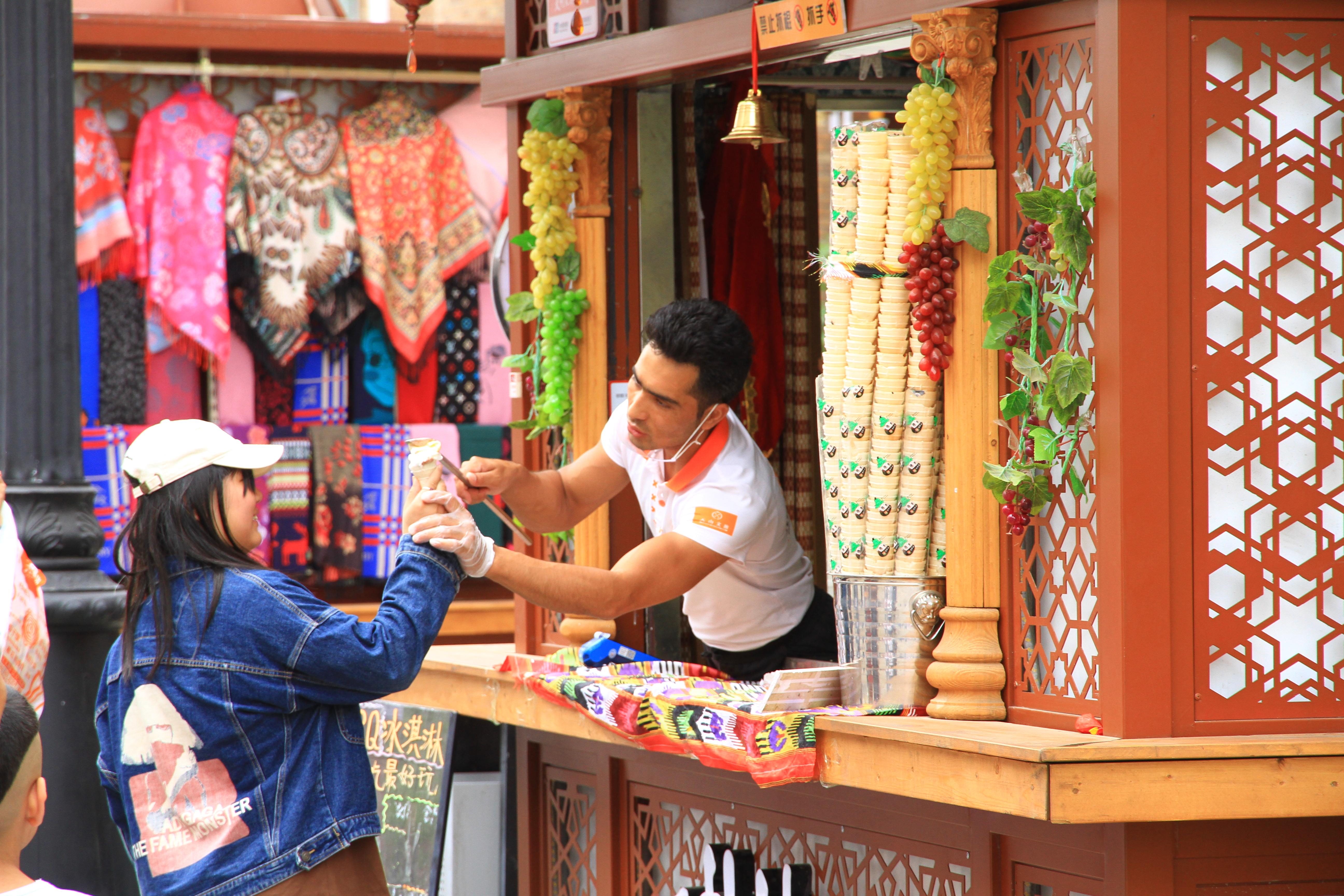 81、乌市国际大巴扎。据说是上了央视的网红冰淇淋店。老板边舞边唱,边售卖,非常讨人喜!