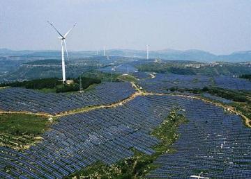 漫山遍野的太阳能板,枣庄荒山变身风光互补发电站!