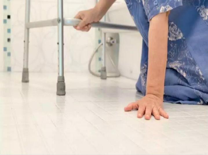 老人摔倒,一個動作測試是否髖部骨折