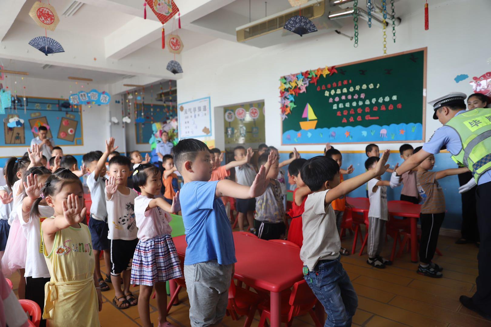 交通安全从娃娃抓起 菏泽开发区交警走进幼儿园上交通安全课