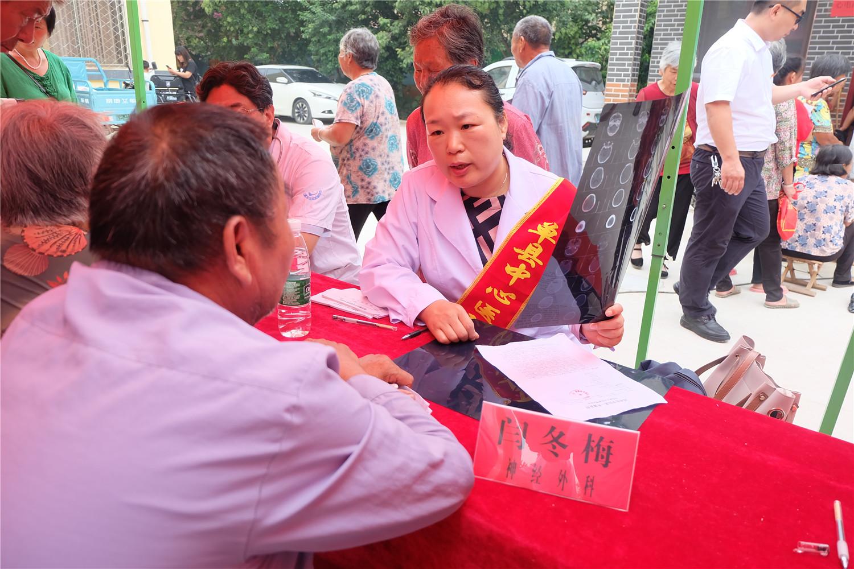 闫冬梅主任护师与前来咨询患者沟通病情