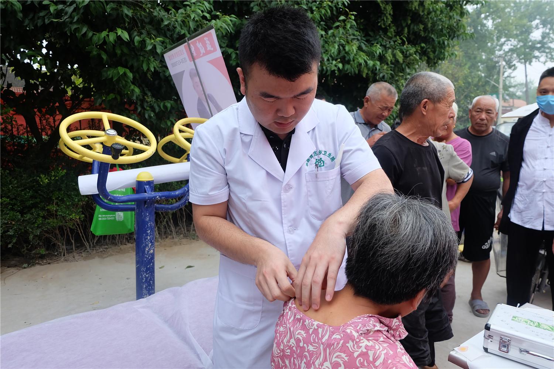 省派业务院长万广稳主治医师应用浮针给患者治疗