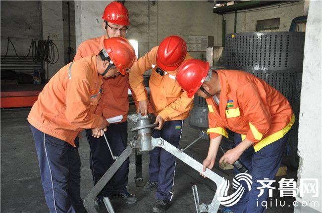 8  安全人员对石墨生产线新工装进行评审