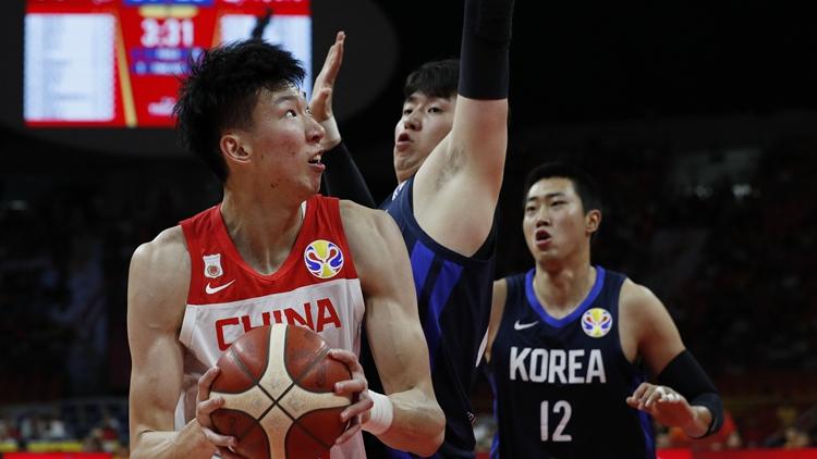 中国男篮惊险拿下韩国 周琦篮下遭遇包夹