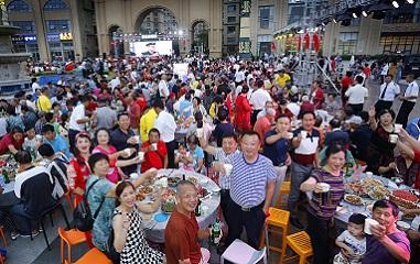 山东威海:邻里宴开席 上千居民同吃团圆饭