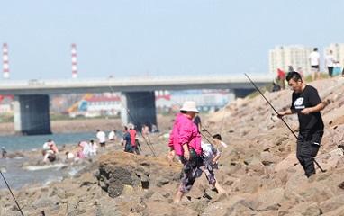 捕捞旺季,市民胶州湾畔享受钓蟹乐趣