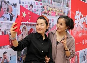 """潍坊闪现""""我和国旗同框"""" 照片墙 数百名市民与国旗合照亮相街头"""