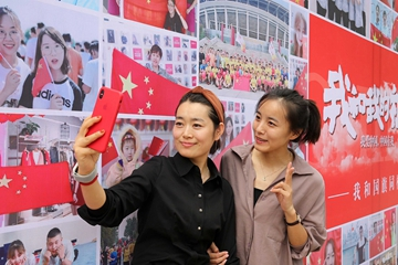 """潍坊""""我和国旗同框"""" 照片墙 市民们与国旗合照"""