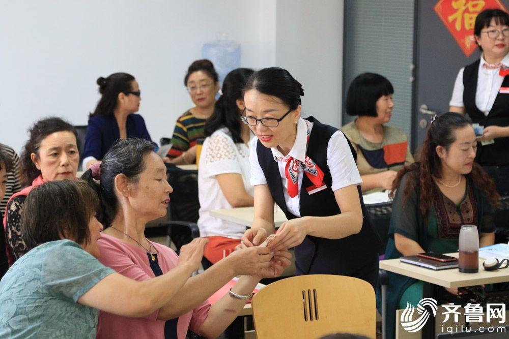 """潍坊银行宣讲员走进老年""""大学生""""身边,为他们展示新版人民币实物,-讲解防伪标识,与""""大学生""""们进行互动2_调整大小"""