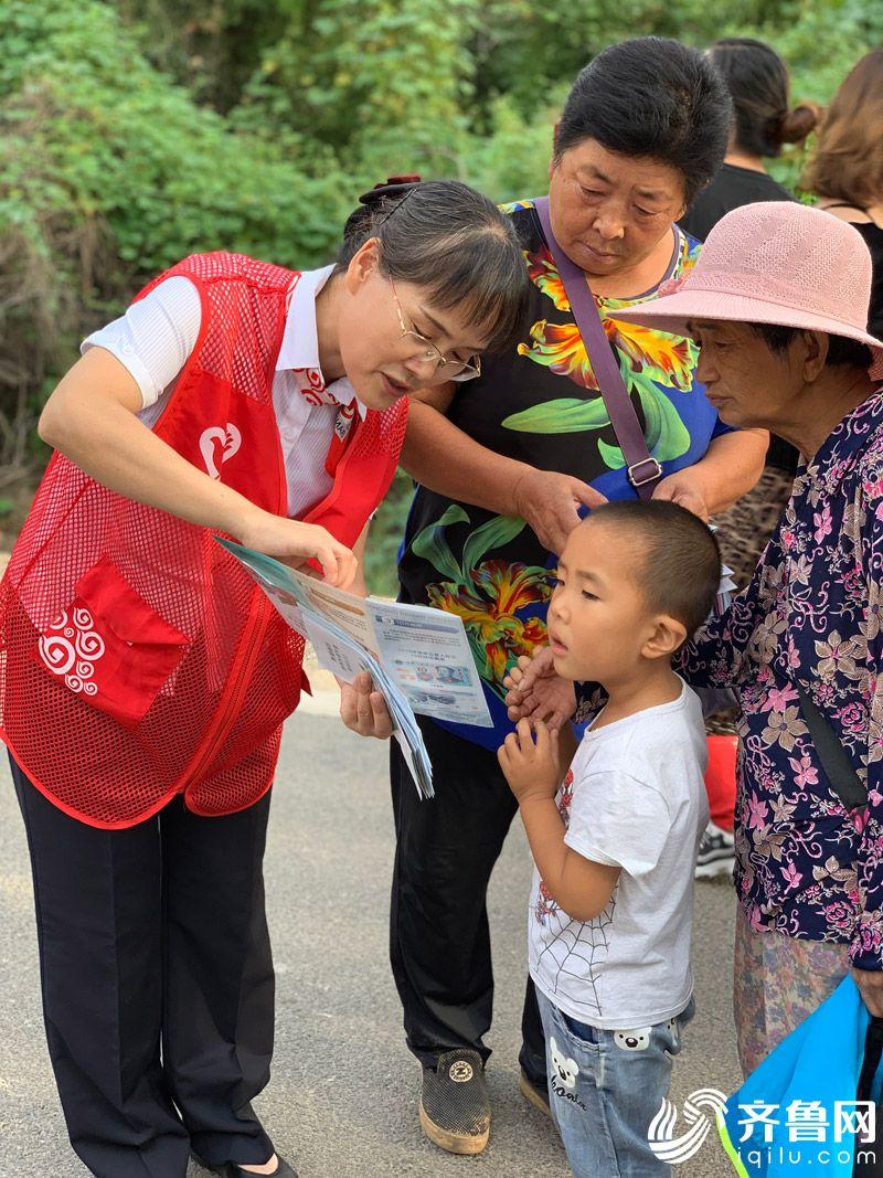 潍坊银行在麓台学校门前开展金融知识普及活动3