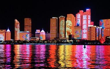 山东多地上演国庆主题灯光秀 向祖国深情表白