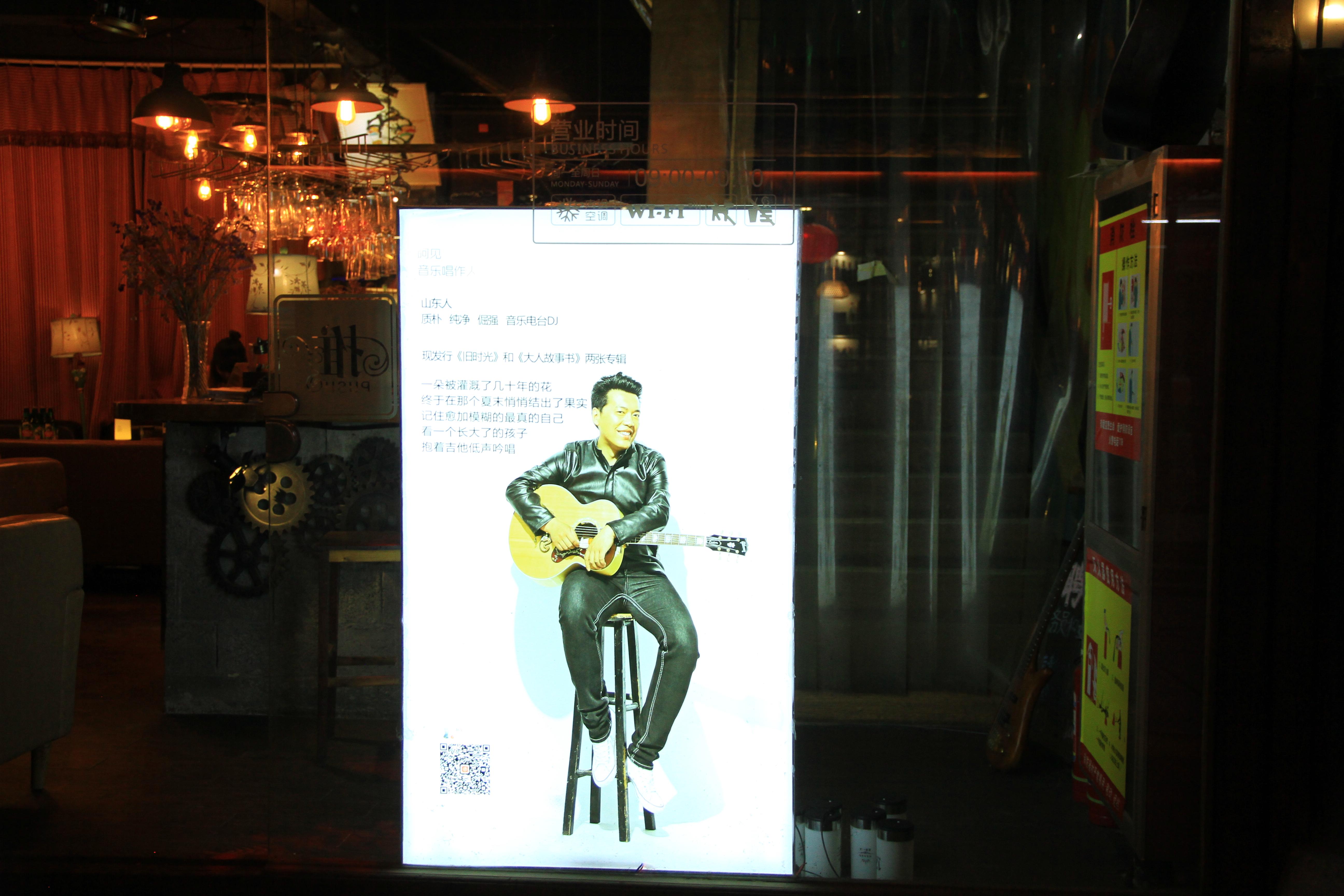 57、酒吧橱窗吉他手的宣传照
