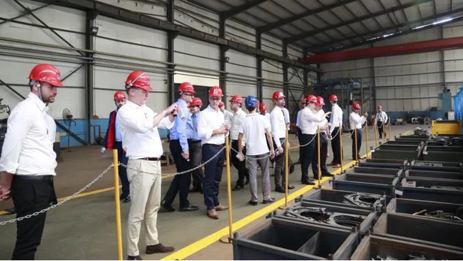 国外员工参观开泰生产车间