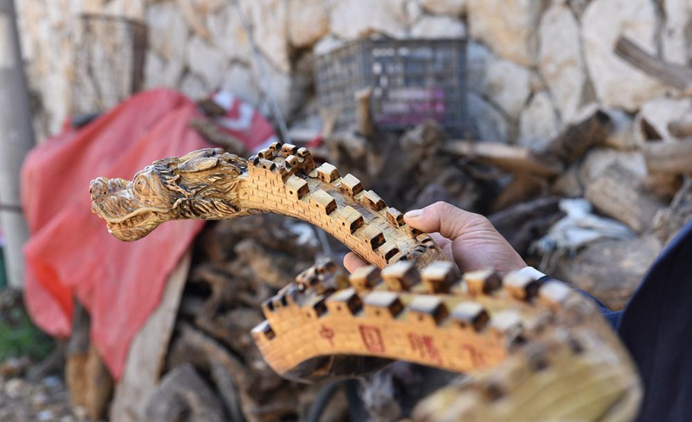 """日照一农民雕刻出直径10厘米的""""中国龙""""耗时仅3天!"""