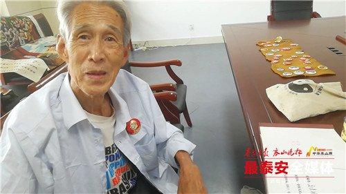 泰安83岁老兵捐70件红色藏品 牺牲老班长的瓷缸子他用了66年
