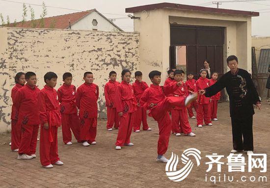 图1朱氏菩提拳武术队在演练菩提拳
