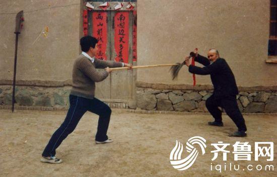 图3)1988年朱树理与朱氏菩提拳第三代传人朱登阁老师生前演练