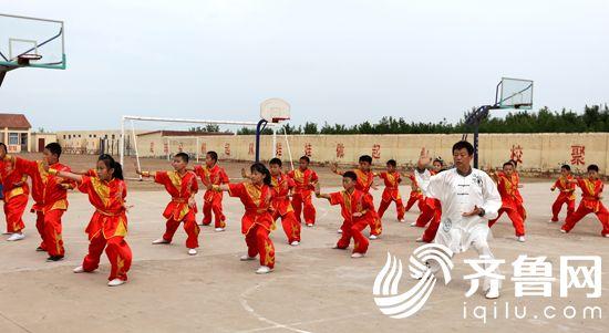 图6朱氏菩提拳武术队在朱高小学演练