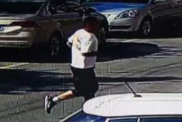 周村街头一男子遇查酒驾 弃车跳墙溜进学校装学生