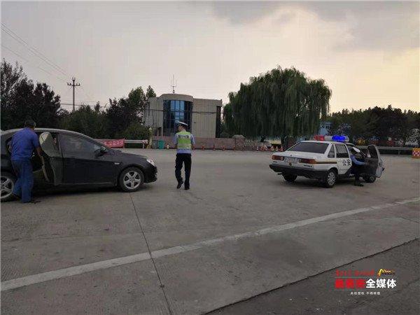 男子被齿轮打脸 泰安高速交警驾驶警车带路送医