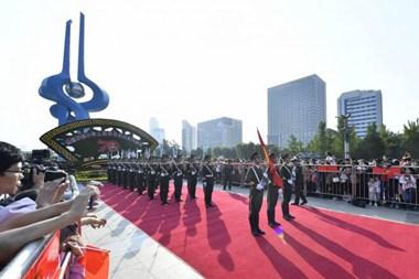 向祖国表?#31069;?#27982;南泉城广场举行国庆升旗仪式
