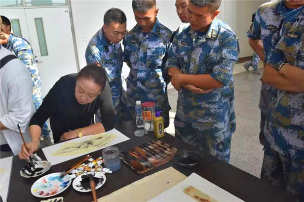 青岛书画名家进军营 挥毫泼墨庆国庆