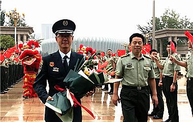 閱兵文職方隊領隊王華言返濟:再苦再累也值得