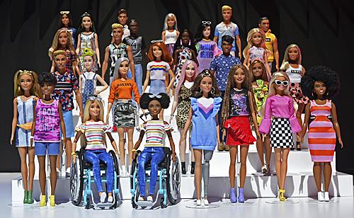 芭比公司推出无性别娃娃 提倡包容性和多样性