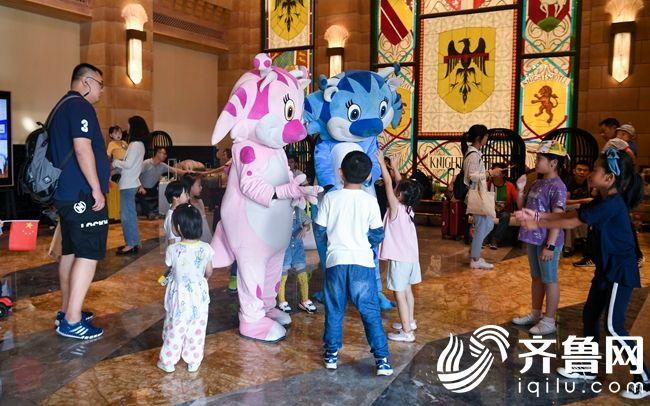 欧乐堡国际酒店玩偶与孩子互动
