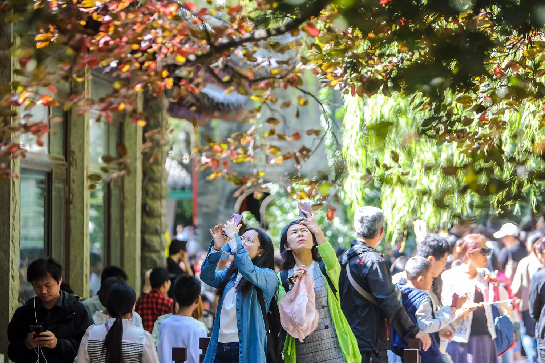 全国各地游客涌至 济南趵突泉人气爆棚了