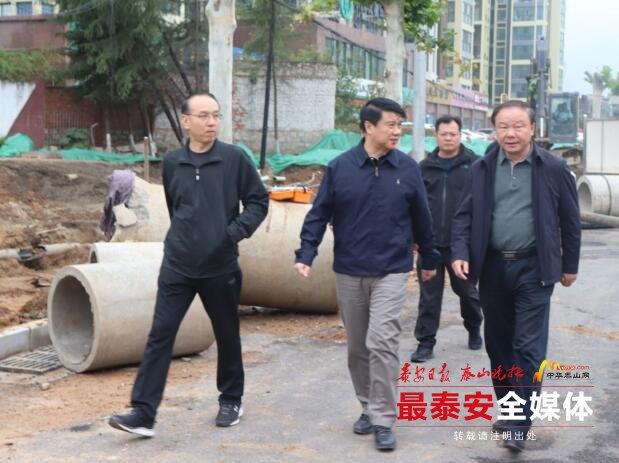 崔洪刚国庆节期间调度城市道路建设情况