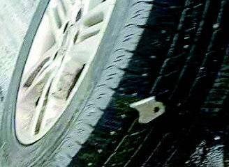 """济南经十东路上38辆车被扎胎!""""凶手""""是一连串三角钉,谁放的"""