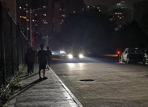 广西玉林发生5.2级地震 市民在街道上避险