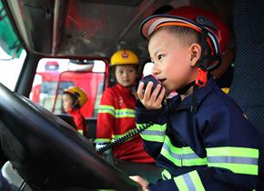 """青岛萌态""""消防员""""上手体验学习忙"""