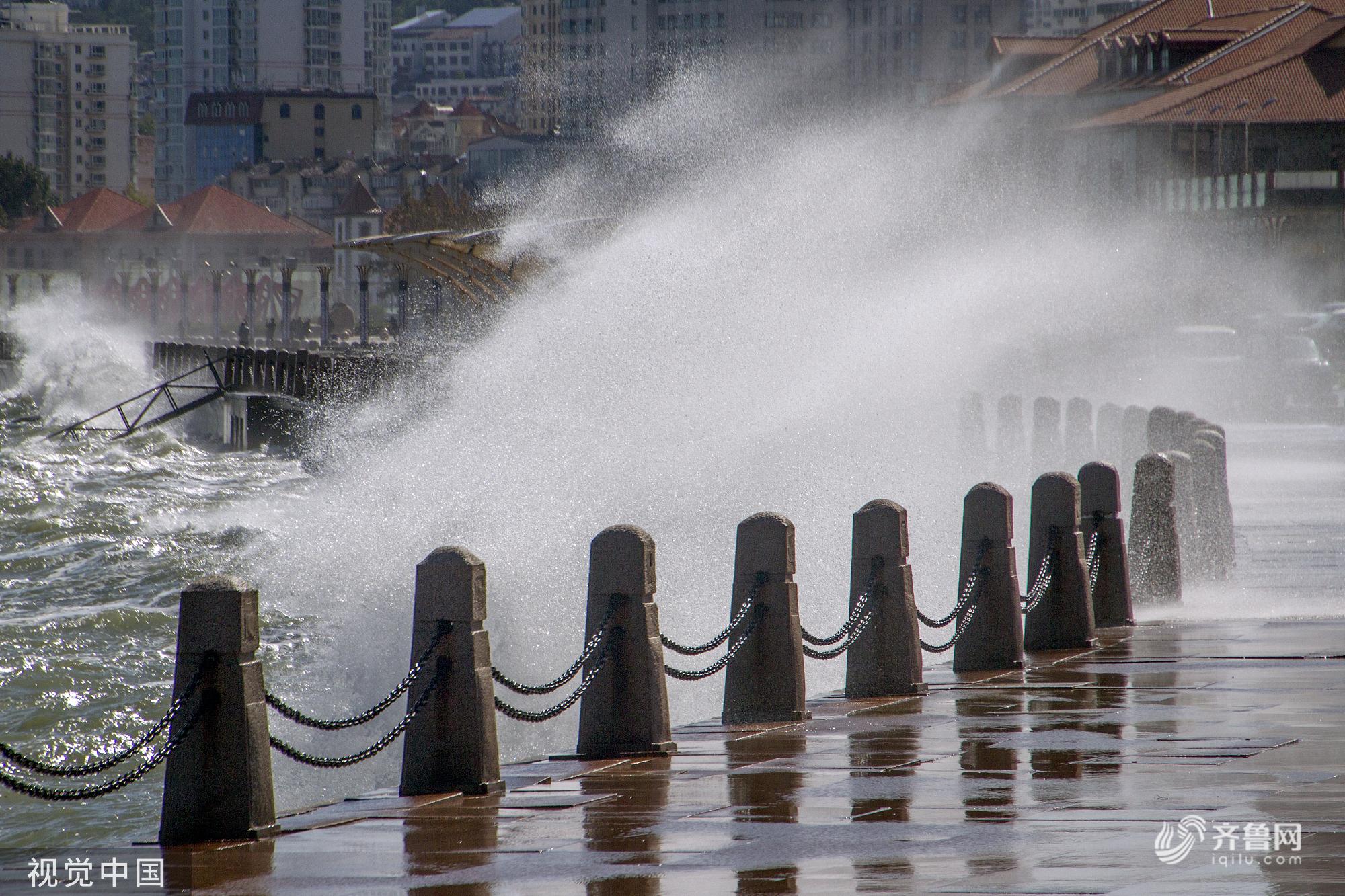 山东烟台:沿海出现大风天气 海滨现惊涛拍岸画面