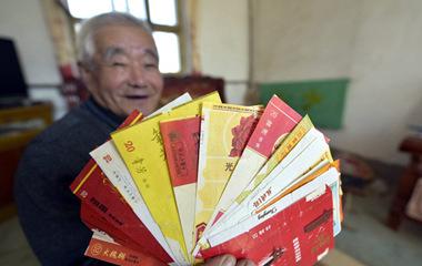 聊城80岁老人43年收藏超过2000张烟标
