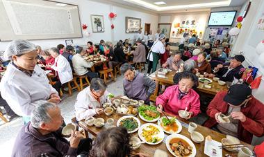 青岛一餐厅为百名老人提供免费午餐