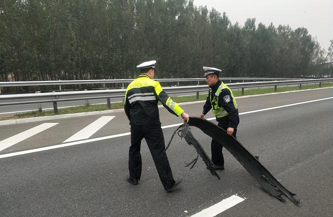 高速路上遇障碍物 聊城高速交警及时清理确保畅通