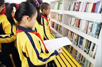 淄博市图书馆流动服务车首次走进乡镇学校