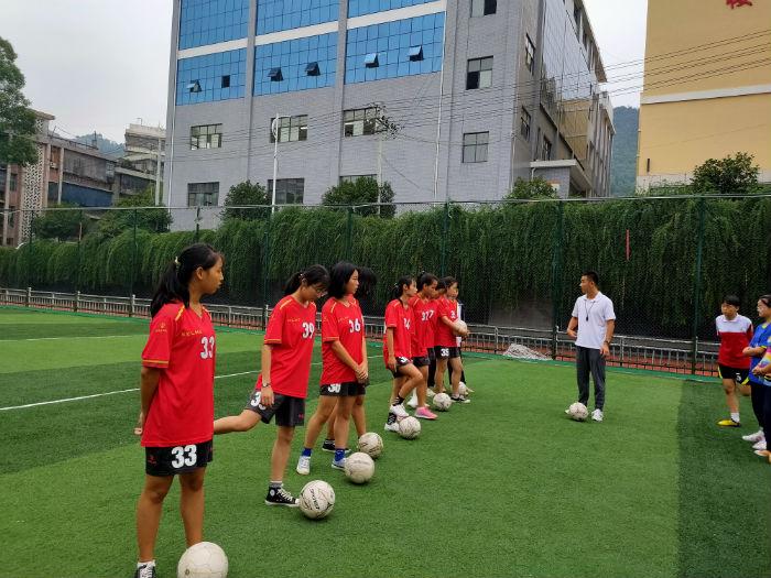 足球課上的孩子們