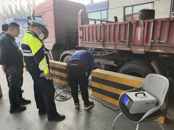 聊城支队高唐大队联合环保等部门开展货车尾气整治行动