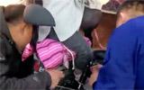 别大意!坐电动车后座,淄博4岁女童脚被卡,带孩子要注意这些事